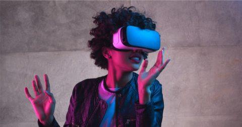 Chica usando los gafas de realidad virtual